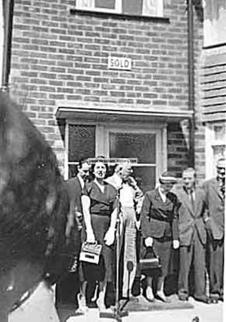 Bebe Daniels opens Johnstown showhouse in 1958